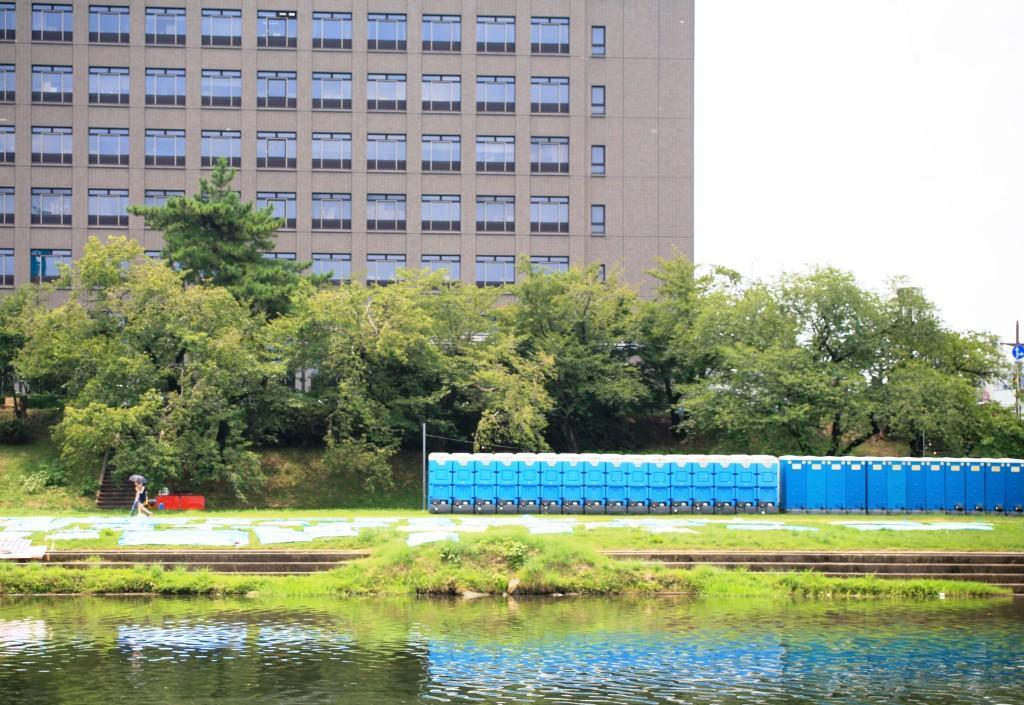 Banheiros públicos provisórios improvisados para o Festival de Hanabi (em azul)