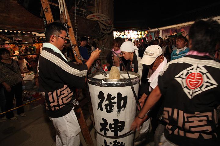 Cada lanterna recebe uma vela de 93 kg - fonte network2010.org