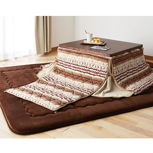Tradicionalmente, as crianças são informados de que eles vão pegar um resfriado se dormir sob um kotatsu . Animais de estimação, como gatos frequentemente dormir sob kotatsu , no entanto, e são pequenos o suficiente para caber completamente debaixo